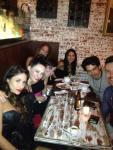 Barbara Mori cenando con amigos en 08-11-2012